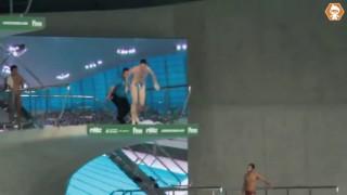 Il s'incruste dans une compétition de plongeon