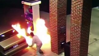 Un homme utilise son briquet pour tuer une araignée dans une station-service